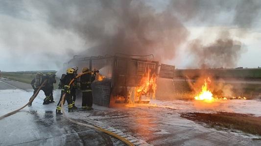 Camión cargado con alcohol se incendió por completo en la Autopista