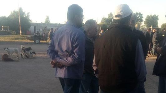 Gill fue hasta el Corralón, en medio de la protesta de los empleados
