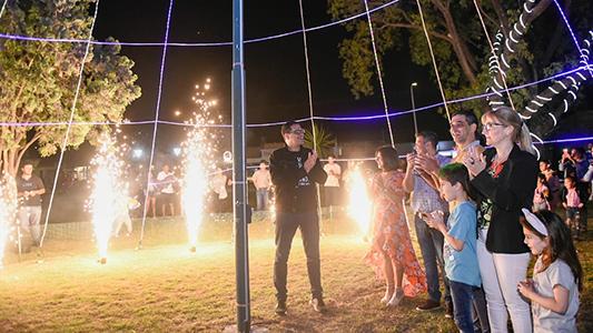 Villa Nueva encendió su árbol de navidad frente a la intendencia