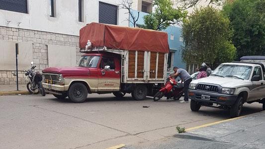 El accidente de cada día: camioneta y moto en una esquina
