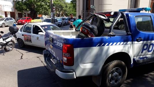 """Remis y moto """"se tocaron"""": mujer fue trasladada con heridas"""