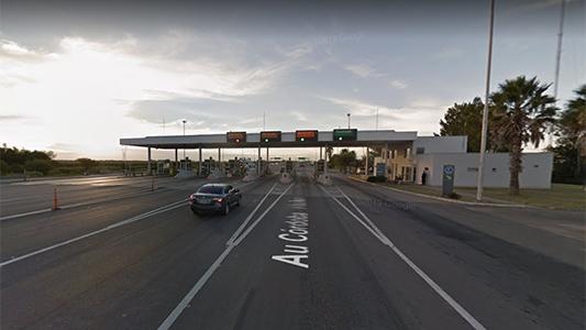 Estaba pagando el peaje cuando un auto la chocó: Mujer sufrió heridas