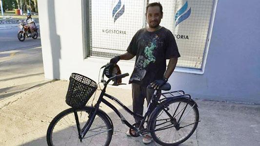 Lo vieron juntando cartón caminando y le regalaron una bici