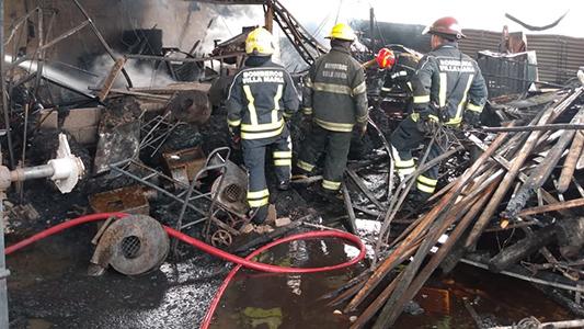 Incendio en carpintería: Una chispa provocó pérdidas totales y derrumbe en un galpón