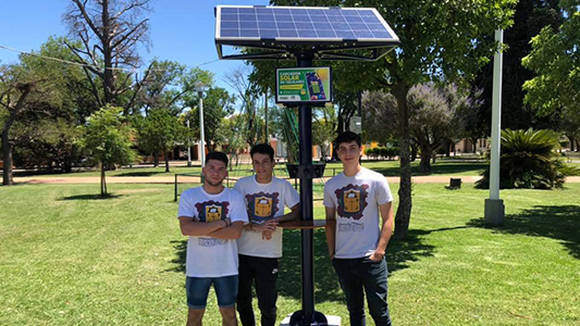 Original invento: Fabrican un cargador solar de celulares y lo instalan en la plaza