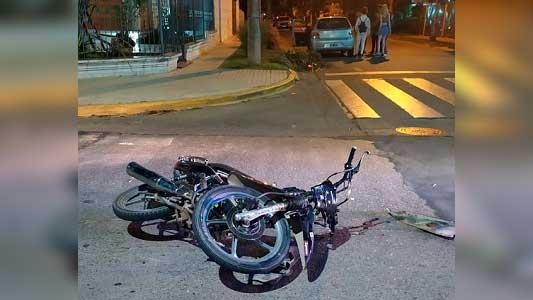 Chicos de 15 y 17 años chocaron en moto de madrugada: uno se fracturó