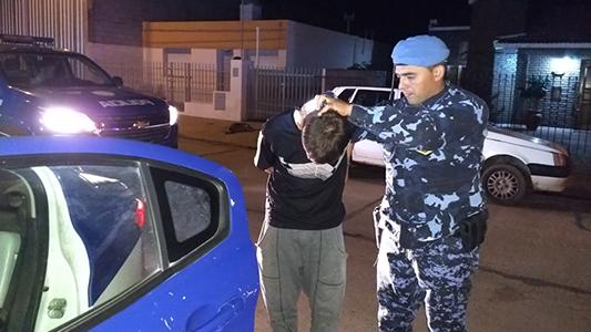 Lo golpearon para robarle los zapatos y el celular: 3 detenidos