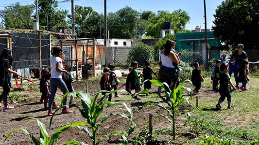 Vecinos de La Calera preparan la huerta para la producción de verano