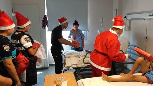 Policías hicieron de Papá Noel para los chicos internados en el Pasteur