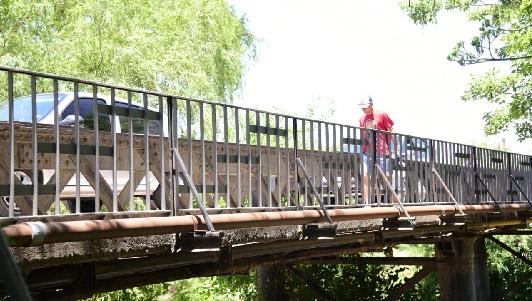 A las viejas barandas del puente Alberdi ahora las pusieron en el Negro
