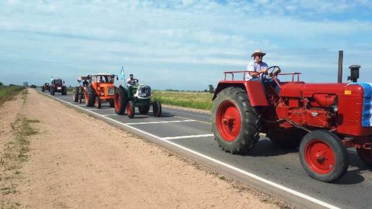 """""""Tractorazo"""" de productores rurales en Bell Ville por el cambio en las retenciones"""