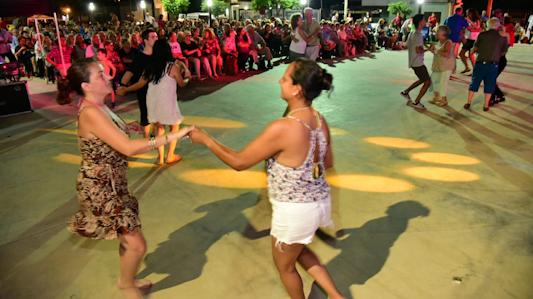 Baile multicultural para desafiar el calor en la explanada