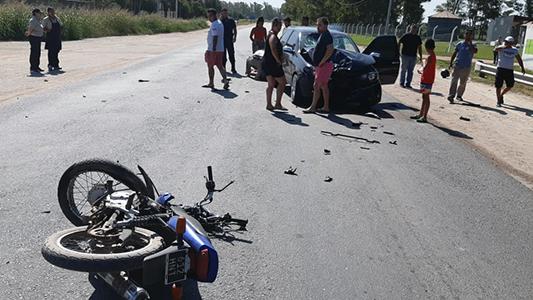 Violento choque en entrada a Villa María: moto despedazada y conductor muy herido