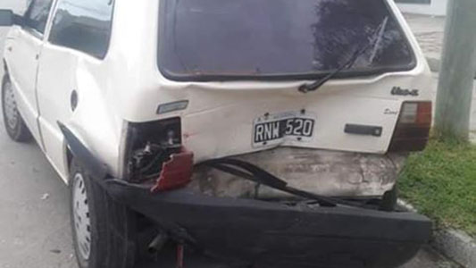 Le destrozaron el auto y huyeron: se salvó por minutos de ser atropellado