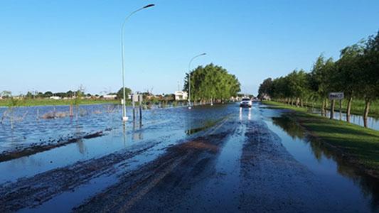 La lluvia inundó Pasco: el agua cubre las calles y campos del pueblo