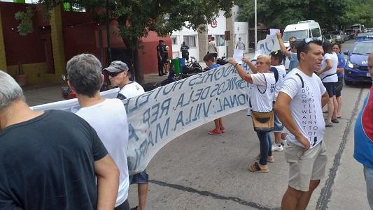 Protesta del gremio gastronómico con acusaciones de maltrato frente a una parrilla