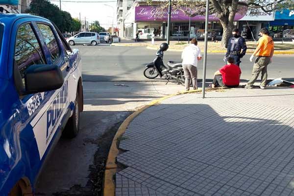 Chocaron moto y taxi: el auto perdió parte el paragolpe por el impacto