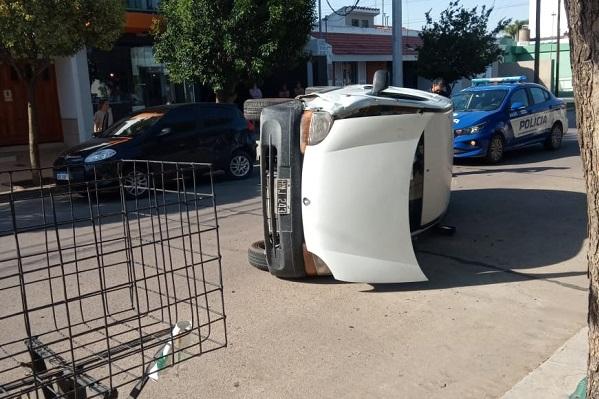 En la tarde de este lunes volcó un auto en barrio Güemes.