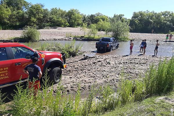 Una camioneta quiso cruzar el rio y quedó atascada